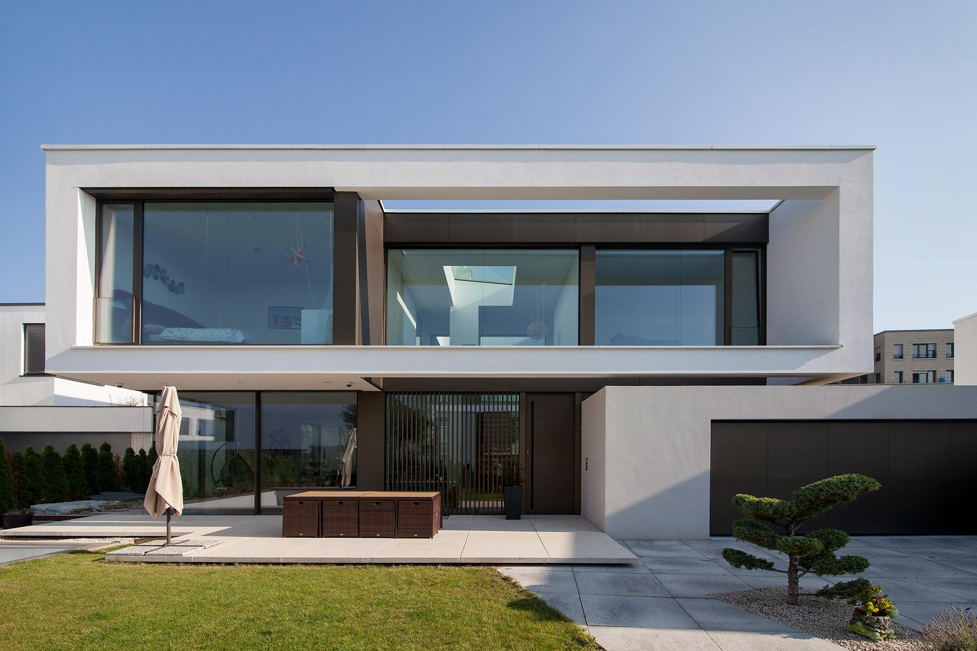 Villa Y Ansicht von der Straße Garten FFM-ARCHITEKTEN.