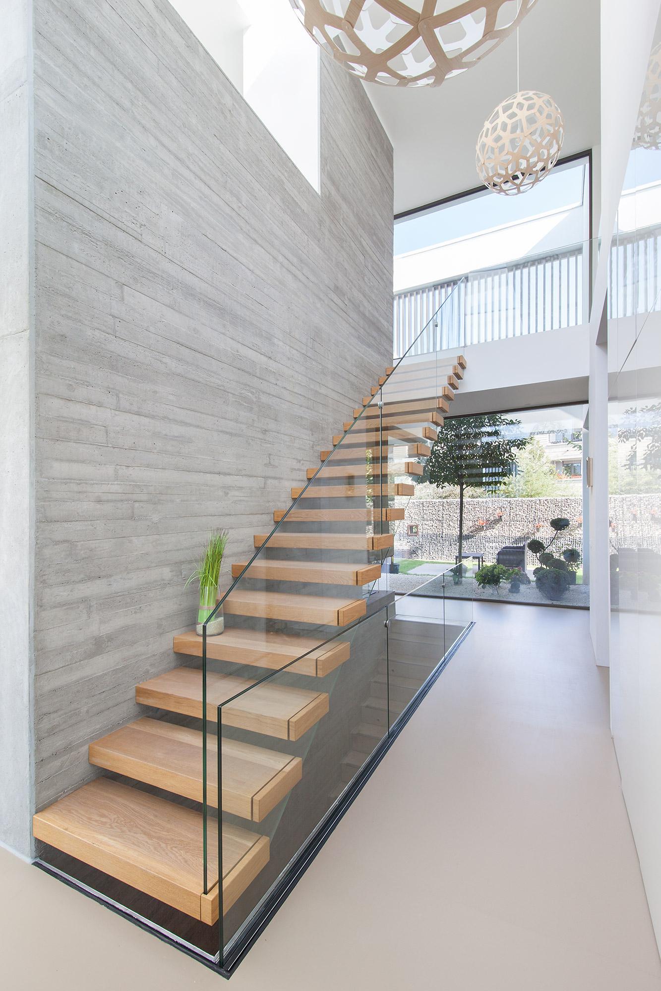 Villa Y Raumteiler mit Kragarmtreppe im Erdgeschoss FFM-ARCHITEKTEN.